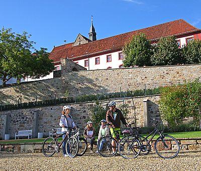 Drei Radfahrer im Knotengarten von Bad Iburg